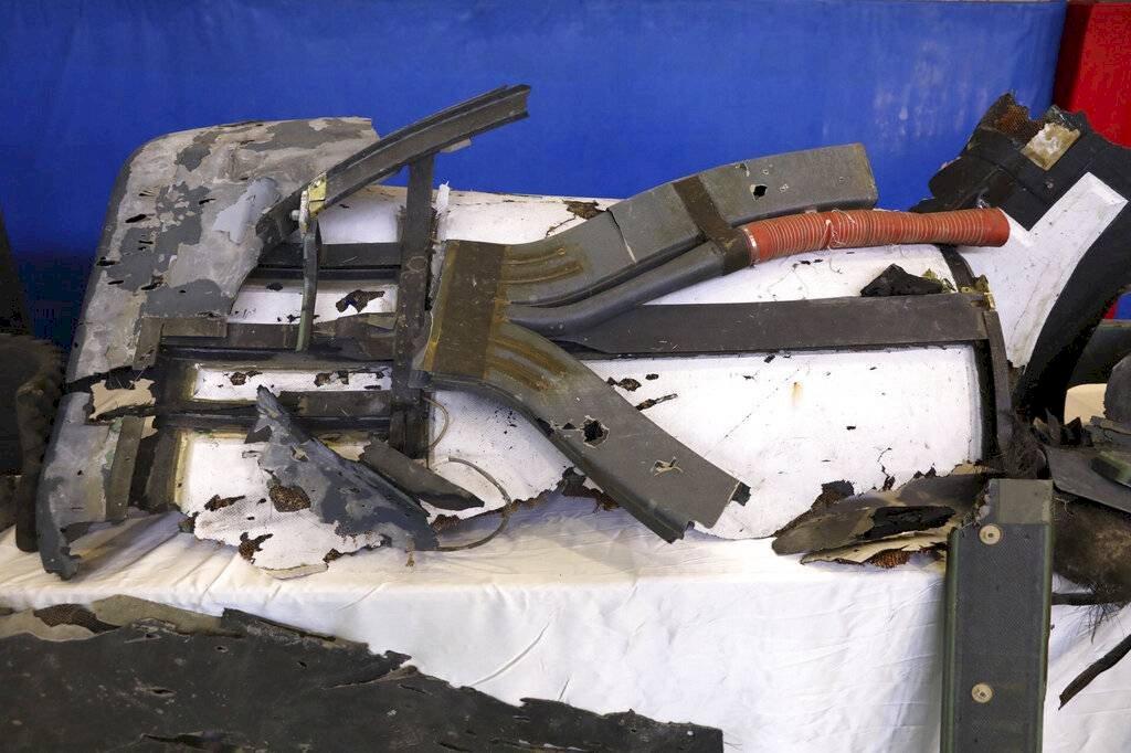 Los restos de lo que la división aeroespacial de la Guardia Revolucionaria de Irán describe como un dron de Estados Unidos que fue derribado el jueves se exhiben en Teherán, Irán Foto: AP