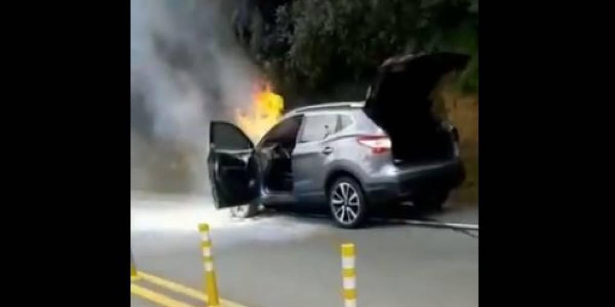 (VIDEO) Vehículo se incendió mientras se dirigía al aeropuerto José María Córdova