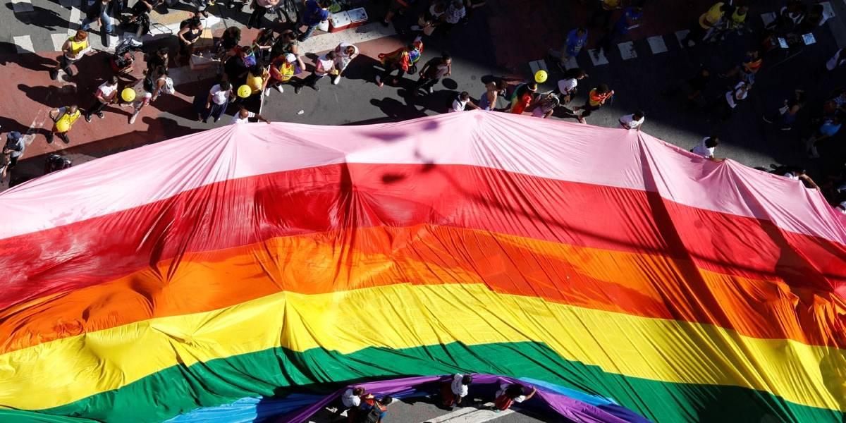 Parada do Orgulho LGBT começa com tom político e reúne famílias na Paulista