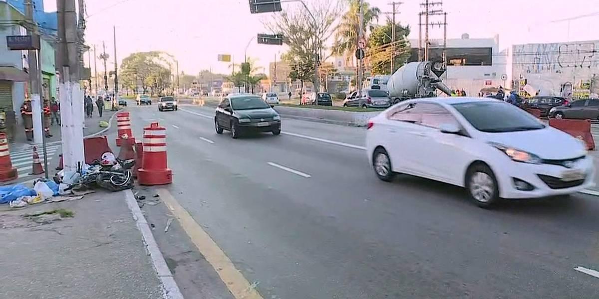 Motociclista morre após bater em poste na avenida Guarapiranga, em SP