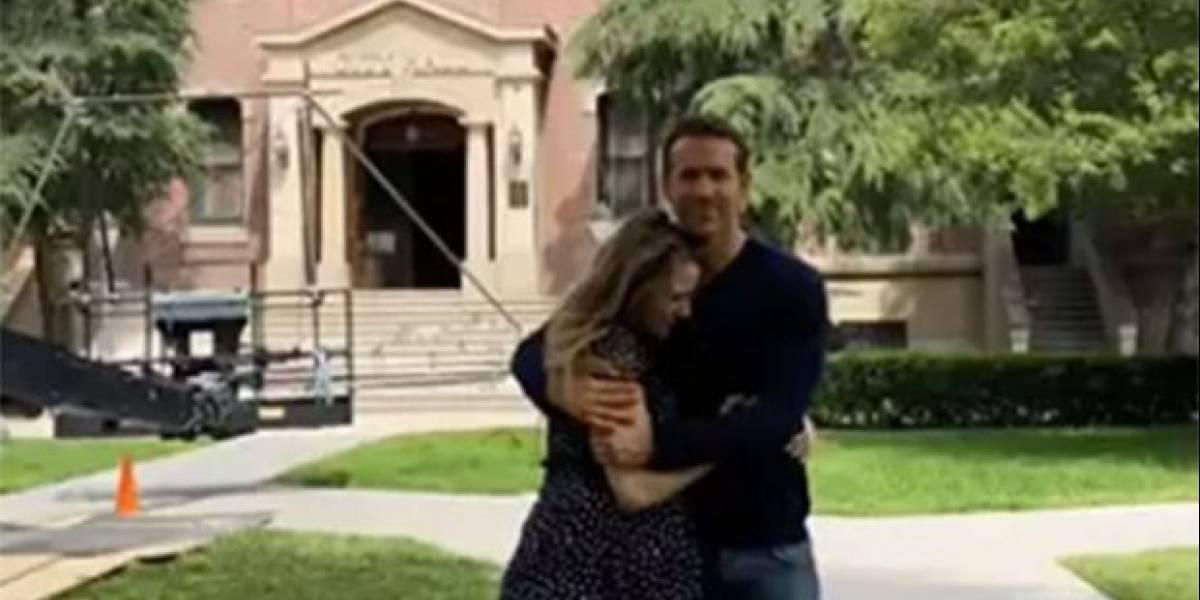 Grávida do terceiro filho, Blake Lively visita Ryan Reynolds em set de filmagens