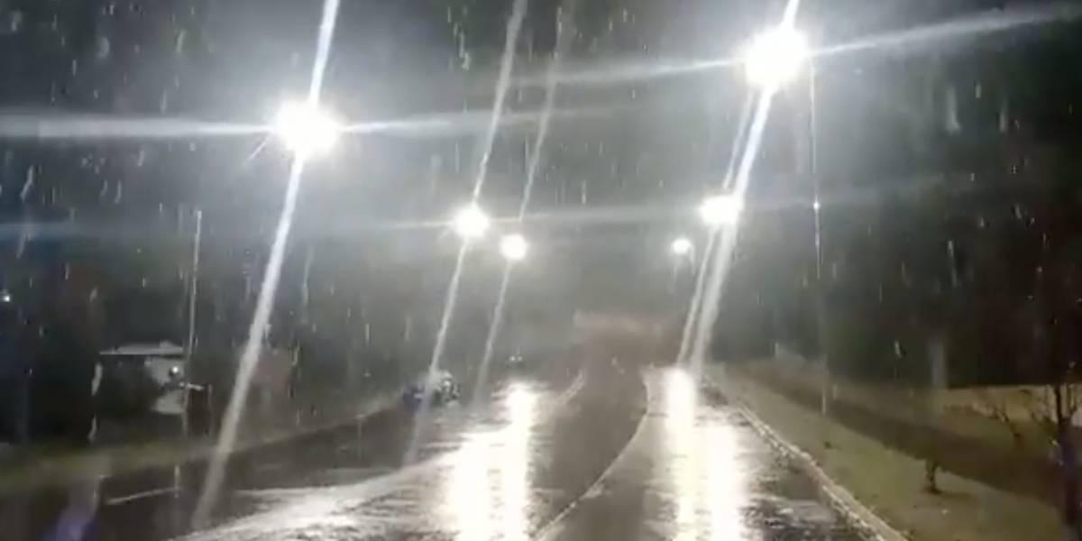 """Llegó la nieve a Santiago: Intendencia Metropolitana confirmó """"manto blanco"""" en seis puntos de la capital"""