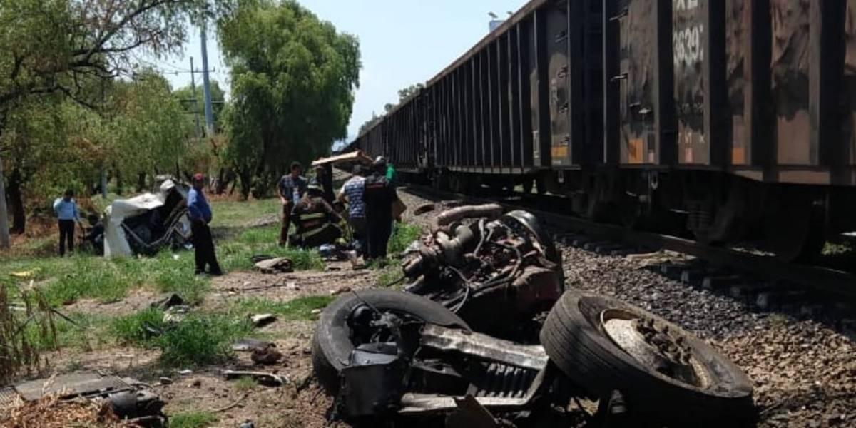 Camioneta queda desbaratada tras ser impactada por el tren en Tala, Jalisco
