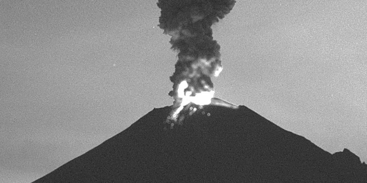 El Popocatépetl arroja material incandescente por sus laderas después de la explosión