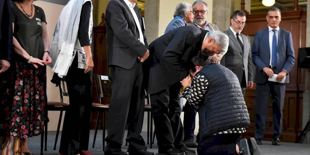 La promesa de AMLO a madre que se hincó ante él en Palacio Nacional