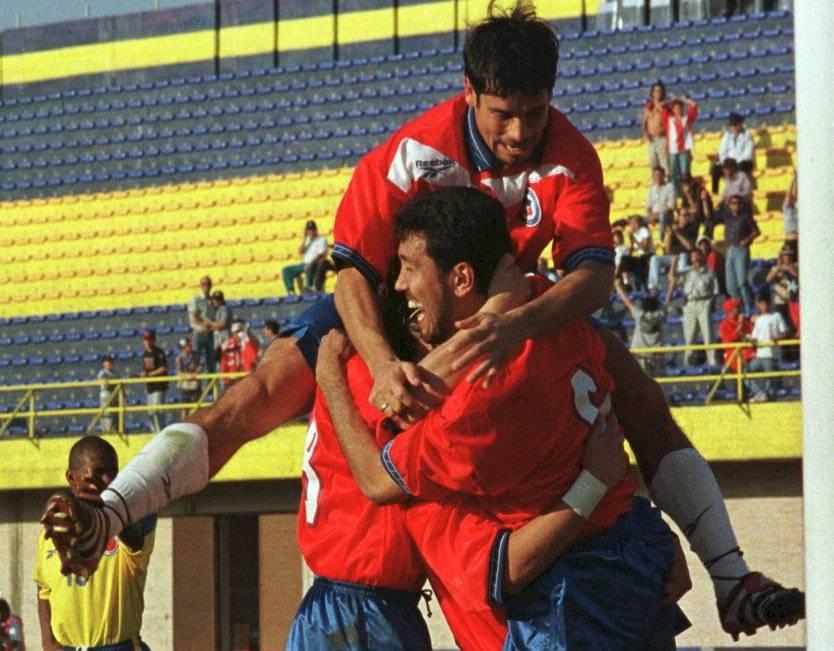 Los abrazos para Pedro Reyes. El defensa anotó dos goles en el triunfo 3-2 de la Roja en la Copa América 1999 / Foto: AP