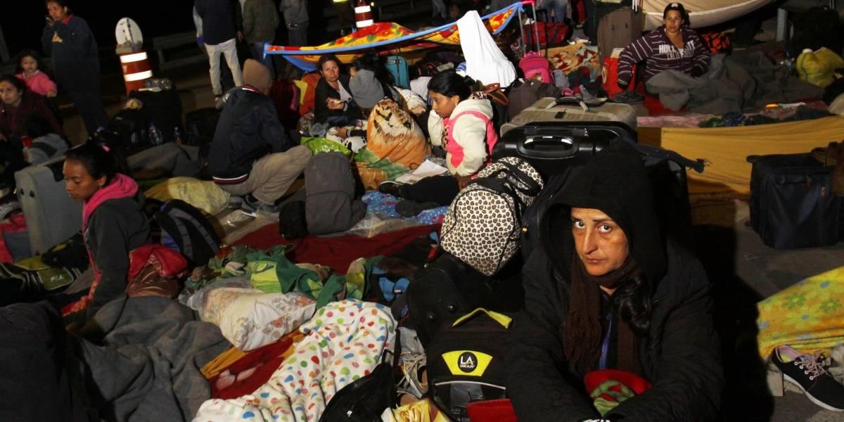 """Crisis por venezolanos varados en Chacalluta: autoridades de Arica en alerta por posible """"campo de refugiados"""" en la frontera"""