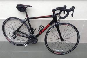 BICICLETA MARCA TREK FULL CARBÓN COLOR NEGRO CON ROJO