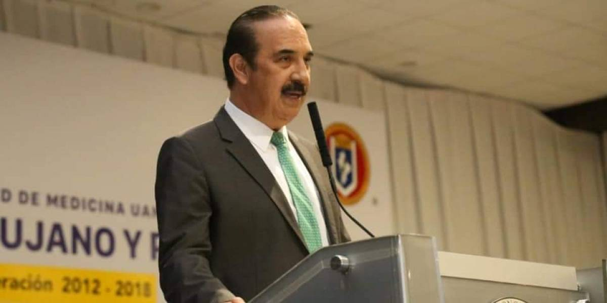 Toro embiste a Secretario de Salud de Nuevo León