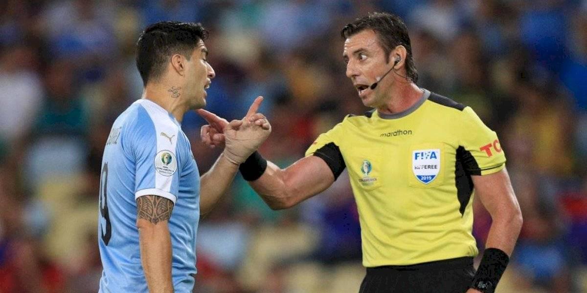 Suárez reveló el peculiar diálogo que tuvo con el árbitro Claus tras la agresión de Jara al hincha espontáneo