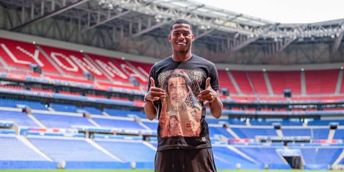 Futbolista brasileño usa playera de 'Don Ramón' en presentación con Lyon