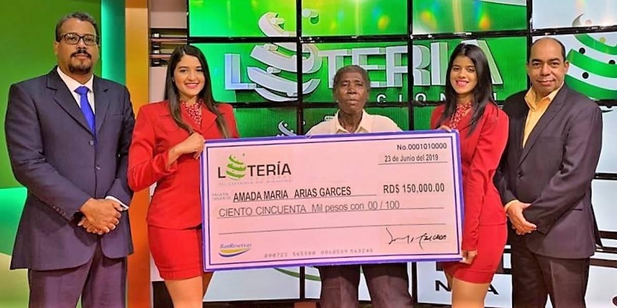 Lotería Nacional entrega RD$150,000 a ganadora del segundo premio del sorteo de billetes y quinielas