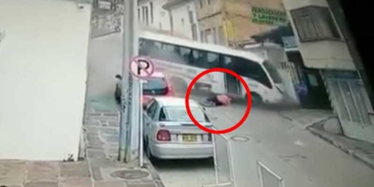Por un segundo, hombre se salva de quedar debajo de un bus