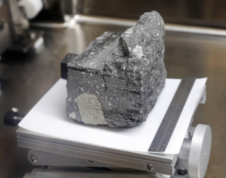 La NASA abrirá muestras de roca lunar selladas desde la misiones de Apolo