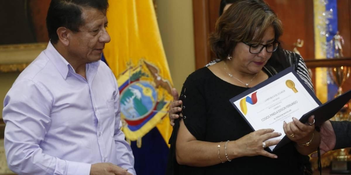 Édison Cosíos recibe título de Bachiller post mortem