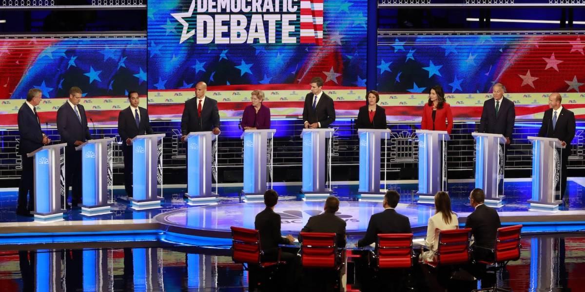 Sin los favoritos, aspirantes Demócratas realizan su primer debate presidencial