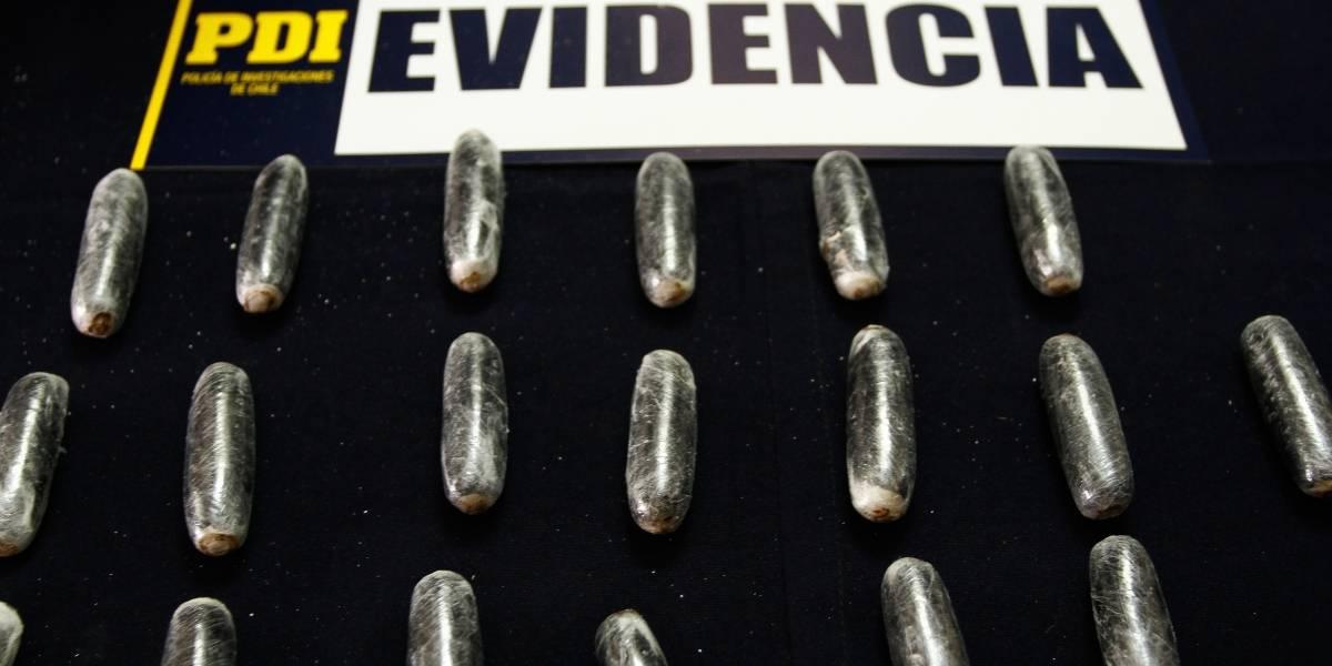 Dos bolivianos ingirieron 224 ovoides de cocaína: los detuvo la PDI