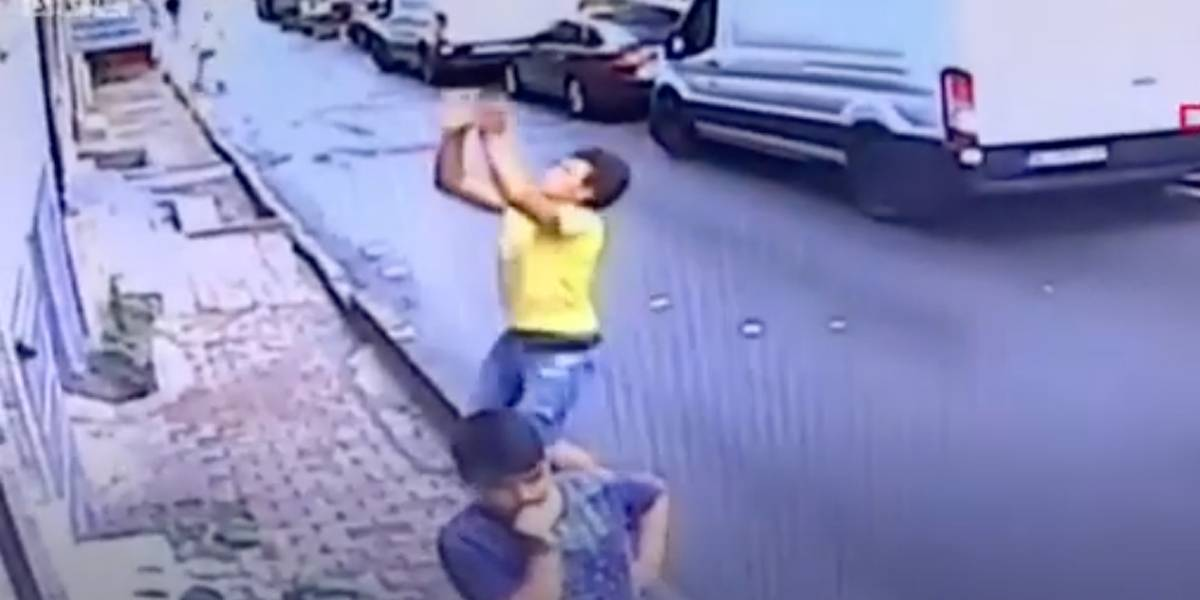 Jovem salva criança que caiu de prédio; veja o vídeo impressionante