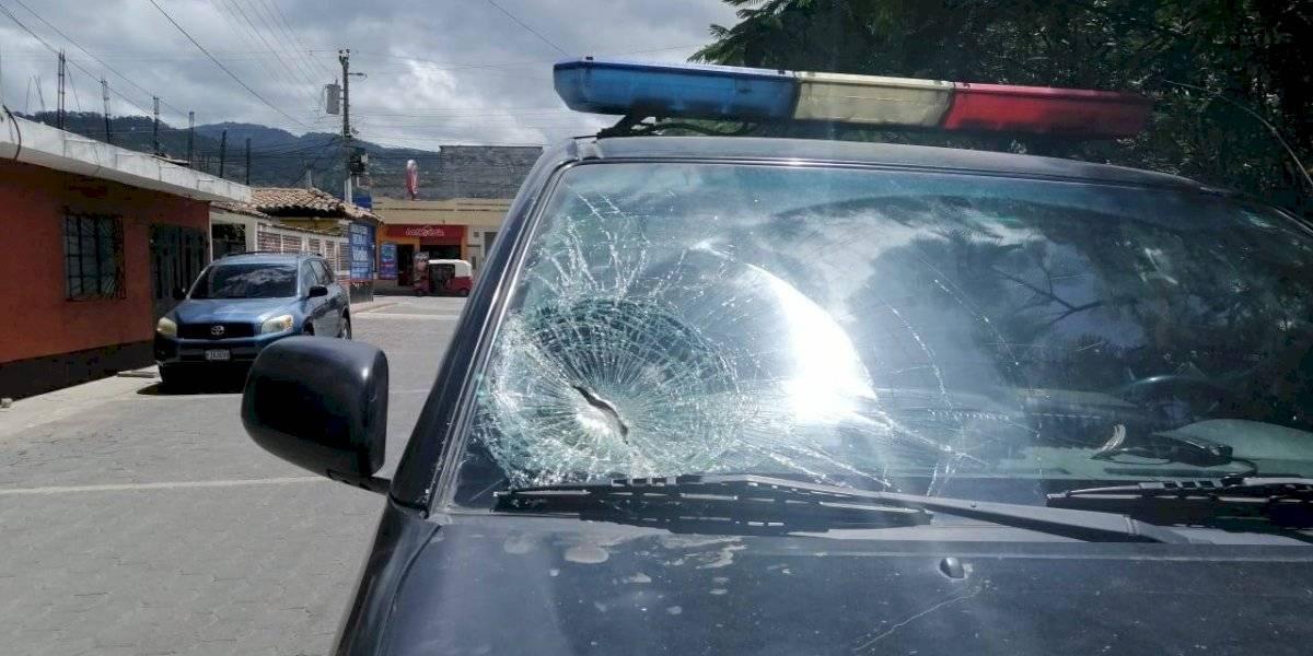 Pobladores rocían con gasolina a fiscal del MP y hieren a varios agentes policiales