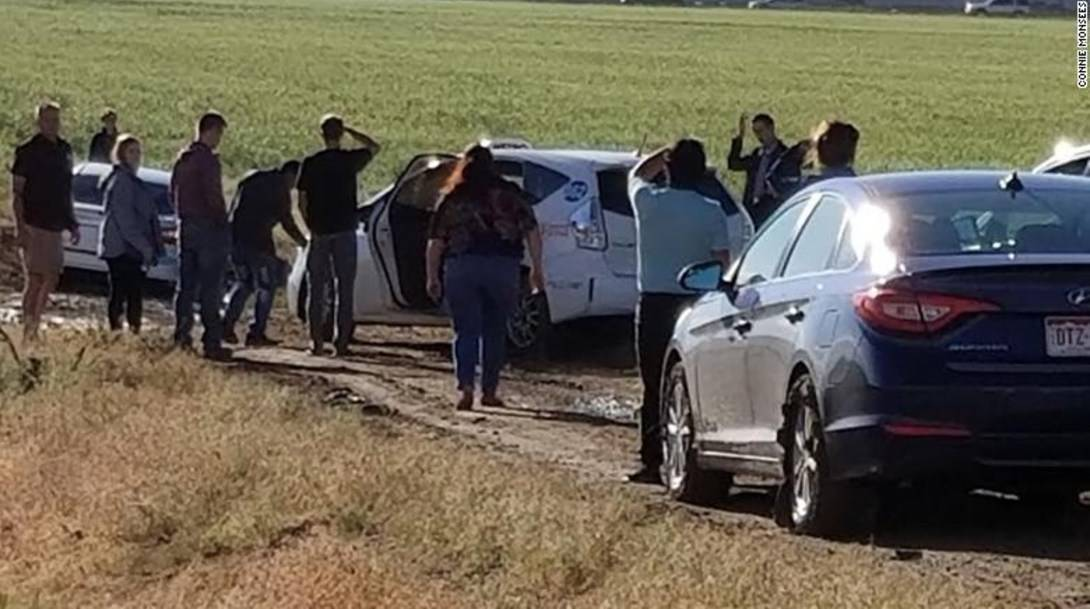Cientos de autos terminaron atascados en lodo por seguir ciegamente ruta de Google Maps
