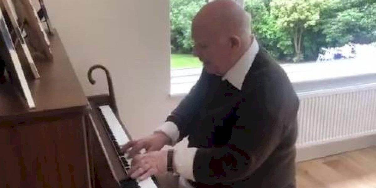 Sufre demencia y sorprendió a su hijo al tocar al piano y de memoria una canción que había compuesto hace casi 40 años