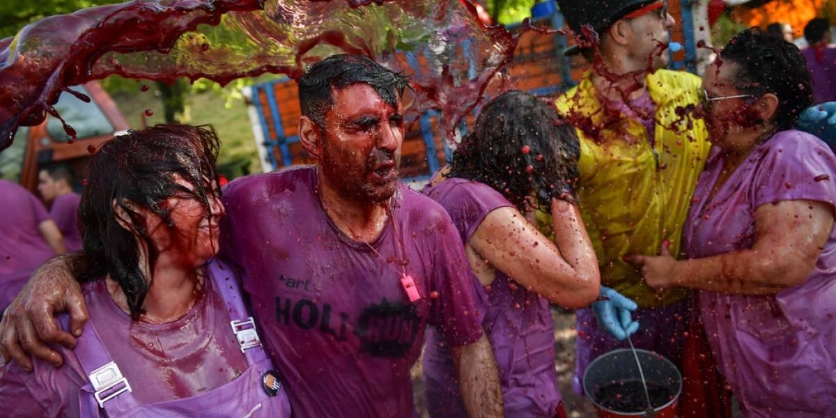 Miles se empapan en la tradicional Batalla del Vino, en España