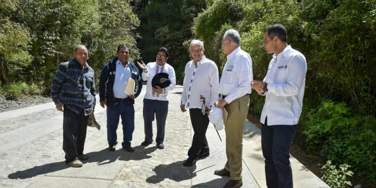 AMLO confía en oaxaqueños para garantizar construcción de caminos rurales