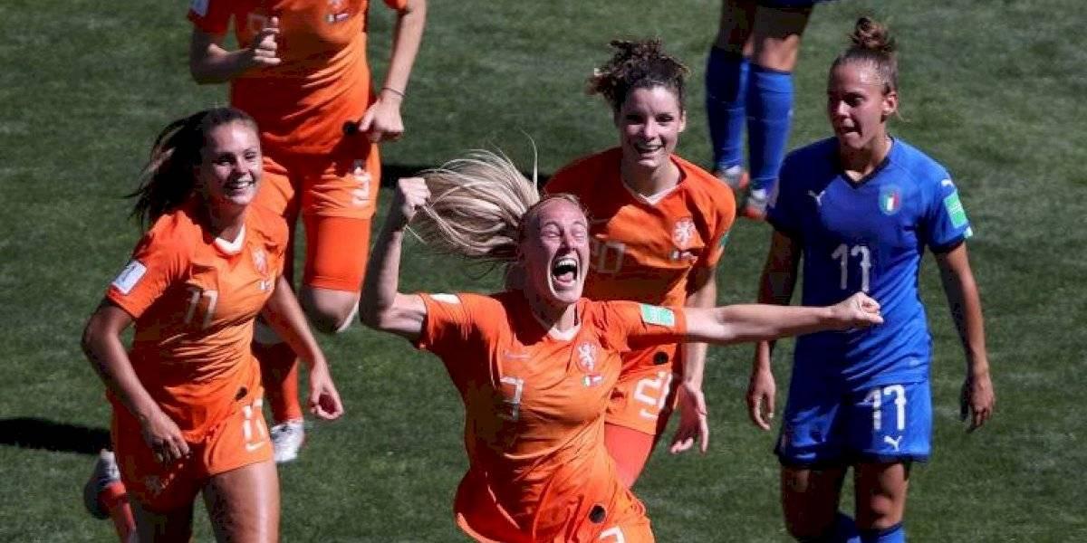 Holanda aprovechó su juego aéreo y se instaló por primera vez en semifinales del Mundial Femenino