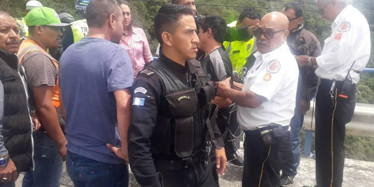 Logran persuadir a persona que intentó lanzarse del puente Las Charcas