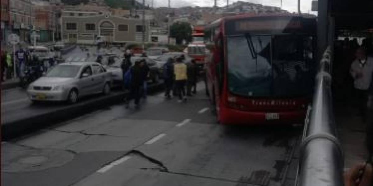 Bus de TransMilenio choca contra vagón de estación y genera caos vehicular