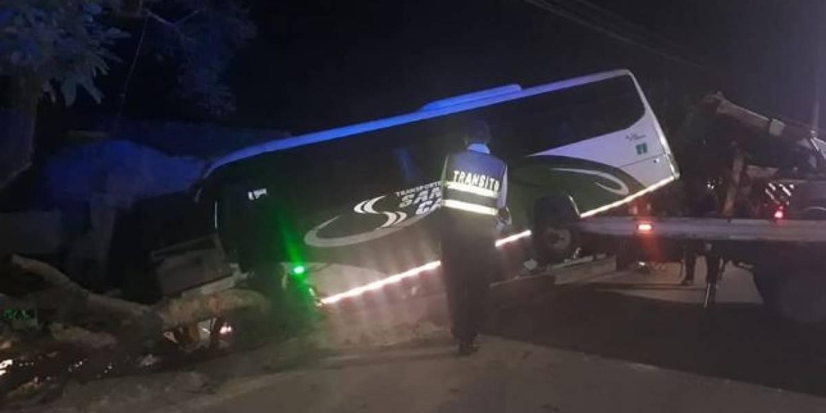 Bus intermunicipal terminó dentro de una casa y mató a cuatro personas