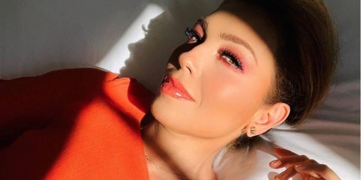 Thalía se mostró en la ducha para aprovechar de promocionar su línea de productos