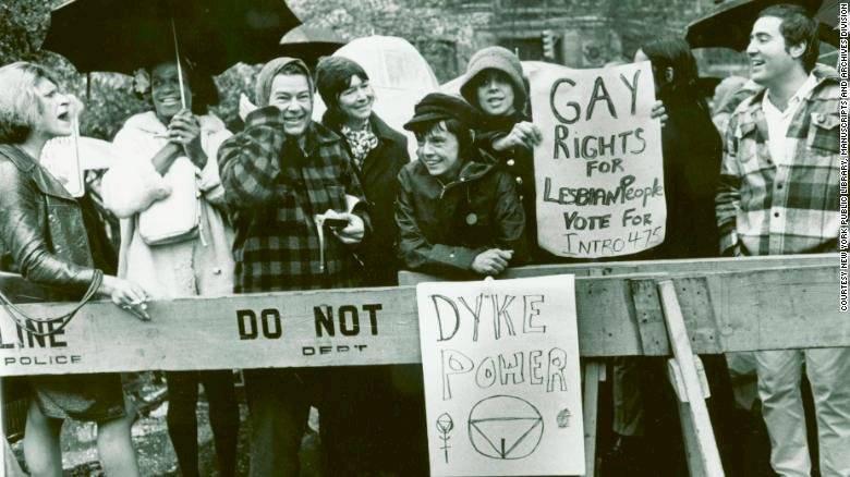 Sylvia Rivera, a la izquierda, y Marsha P. Johnson, segunda desde la izquierda, en protestas por los disturbios de Stone Wall Inn, en la ciudad de Nueva York en 1973