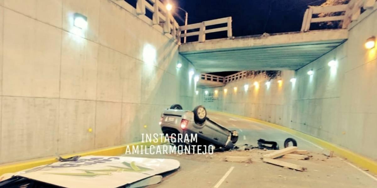 Vehículo choca contra baranda y cae a viaducto en la zona 16
