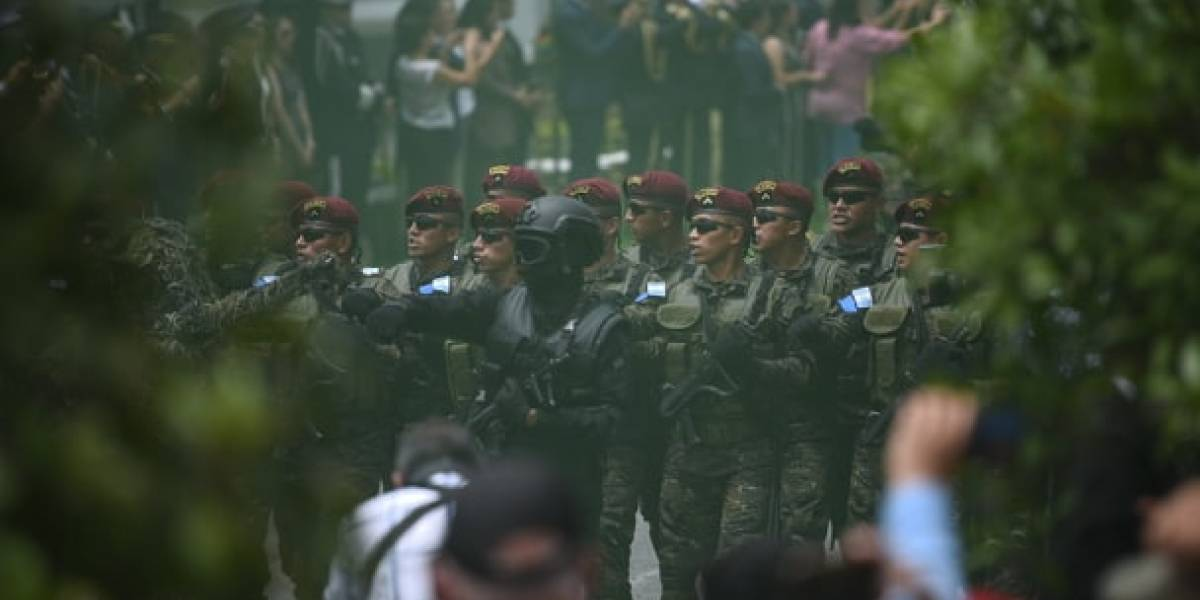 Ejército regresa a las calles con desfile para conmemorar su día