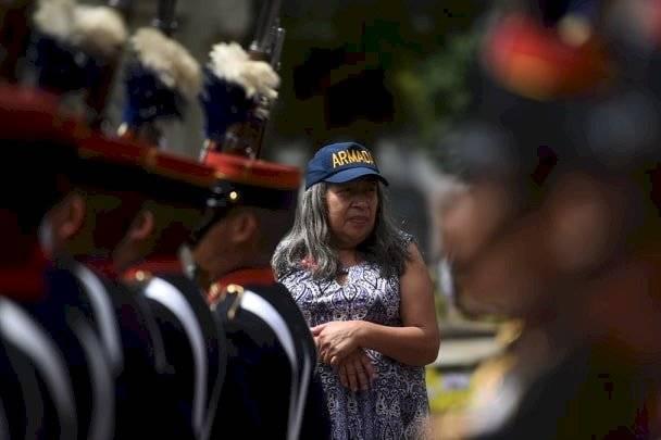 Mujer acudió a ver el desfile por el Día del Ejército. Foto: Edwin Bercián