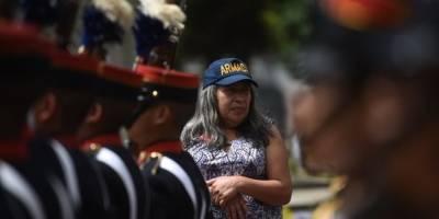Mujer acudió a ver el desfile por el Día del Ejército.