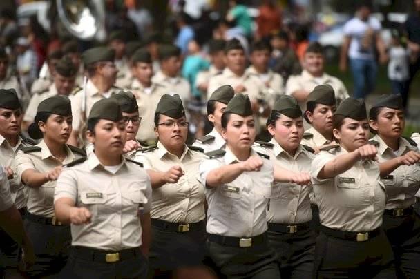 Estudiantes de la Escuela Politécnica marchan en el Día del Ejército. Foto: Edwin Bercián