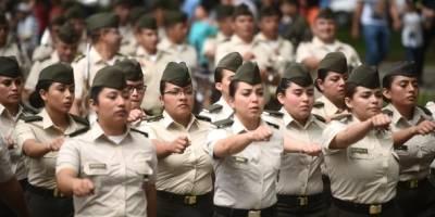 Estudiantes de la Escuela Politécnica marchan en el Día del Ejército.