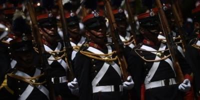 Cadetes desfilan en el Día del Ejército.