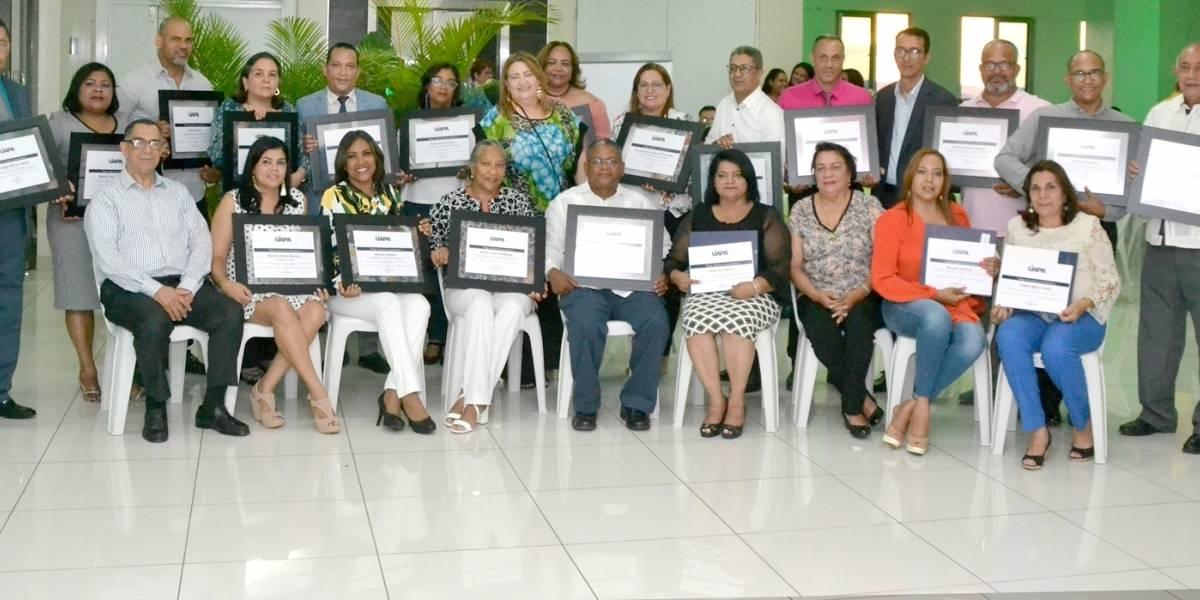 UAPA entrega reconocimiento a sus maestros