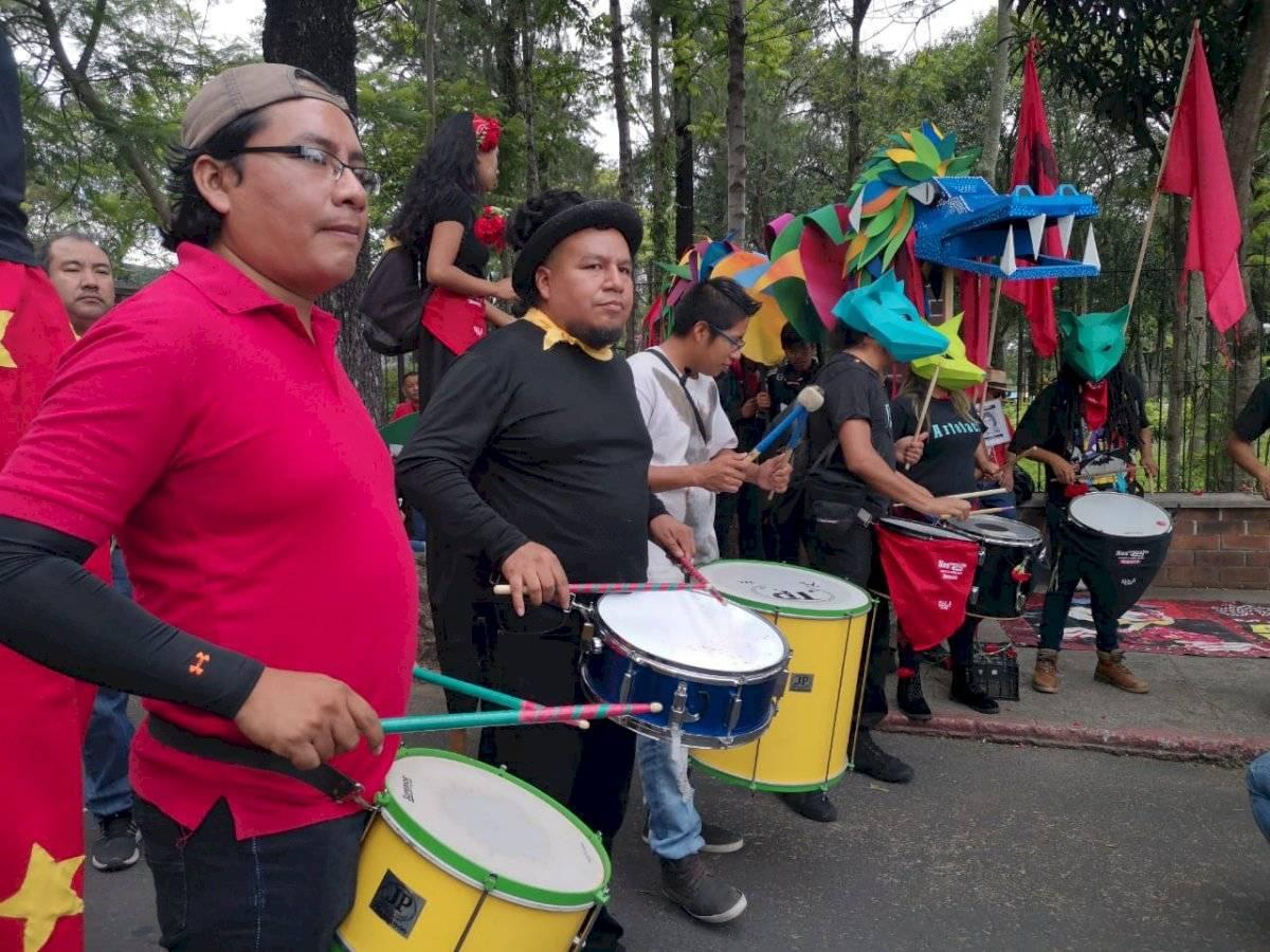 Activistas de derechos humanos rechazan el desfile del Ejército. Foto: Emisoras Unidas