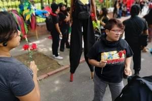 Activistas de derechos humanos rechazan el desfile del Ejército.