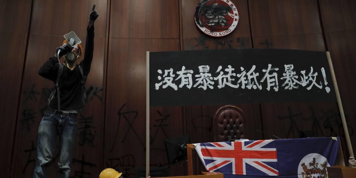 Hong Kong: tras horas de protesta manifestantes entran por la fuerza al parlamento y levantan bandera británica
