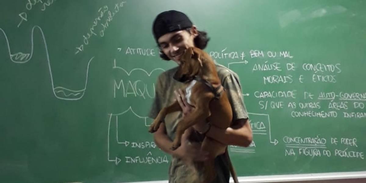 Professor de cursinho comunitário dá aula com cadela 'carente' no colo