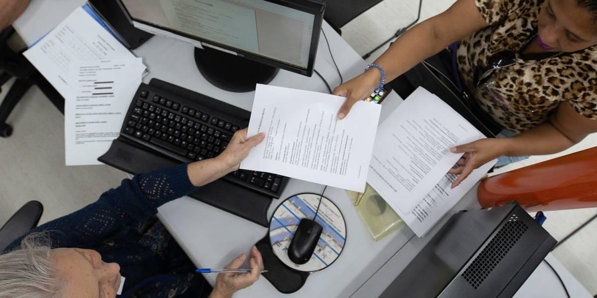 Público do Escreve Cartas, do Poupatempo, procura ajuda para elaborar currículo