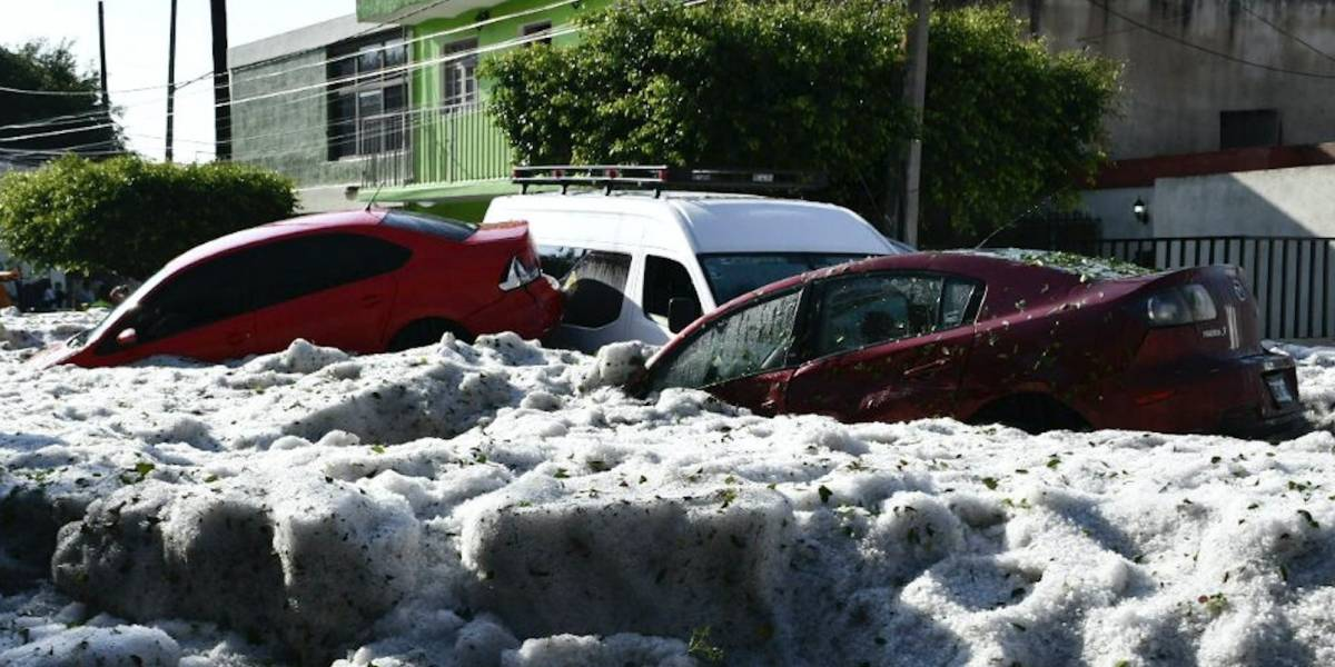 Tormenta de granizo sepulta automóviles en México