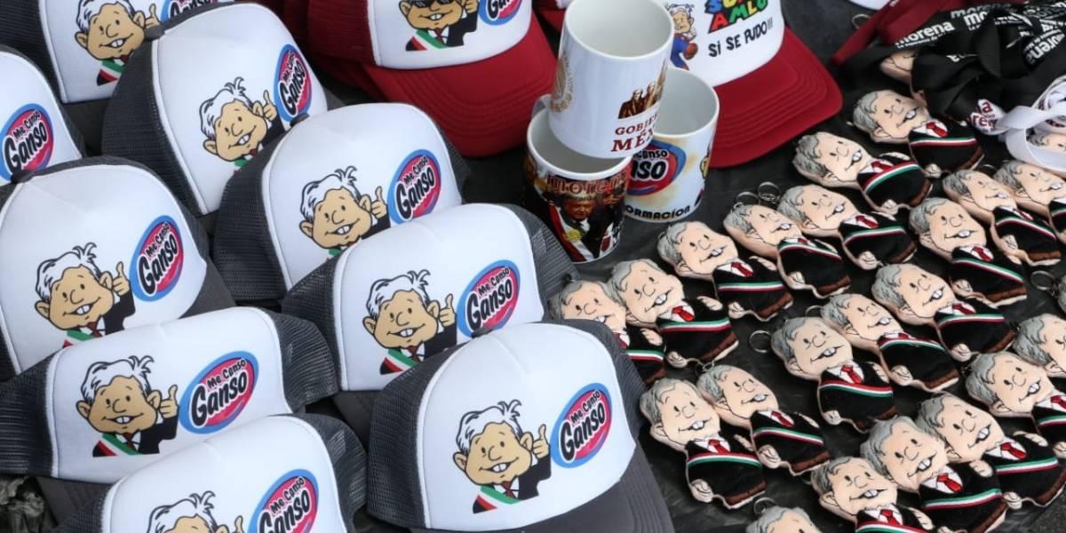 Tazas, peluches y más… la vendimia se hace presente en el AMLO Fest