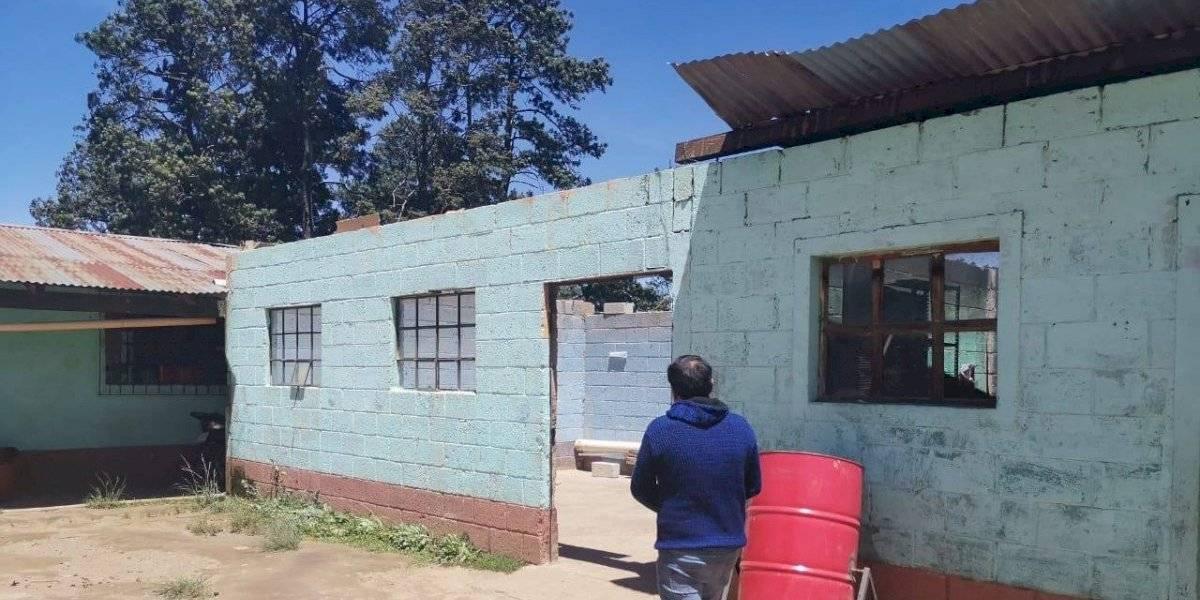 ¡Por los aires! Fuertes vientos arrancan parte del techo de una escuela en Cantel