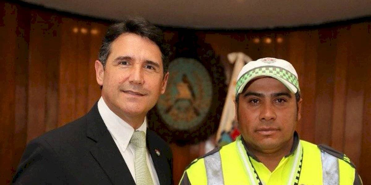 Alcalde condecora a agente PMT por acto heroico